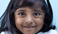 スポットヴィジョンスクリーナーで検査する女の子の画像